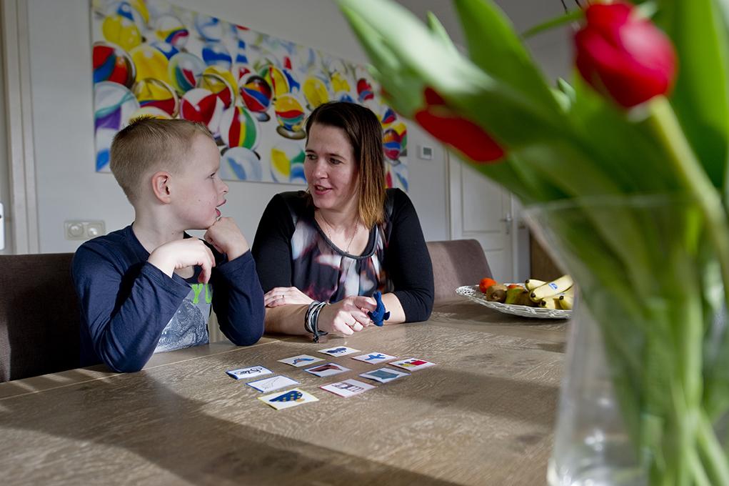 26-02-2016 Afuk  Heit&Mem Ny Beets Elisabeth Mulder met haar zoon tijdens de engelse les. ( nieuw experiment om peuters en kleuters engels te leren.