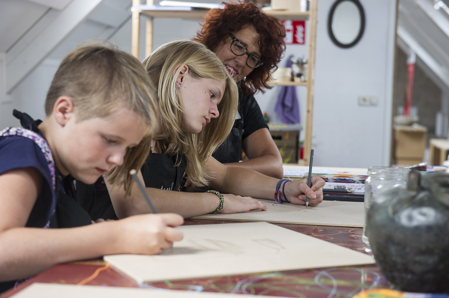 ©foto: Hoge Noorden / Jacob van Essen foto dd 09-07-2015 Vera Damhuis geeft les in het Jopie Huisman Museum. Heit en Mem     .